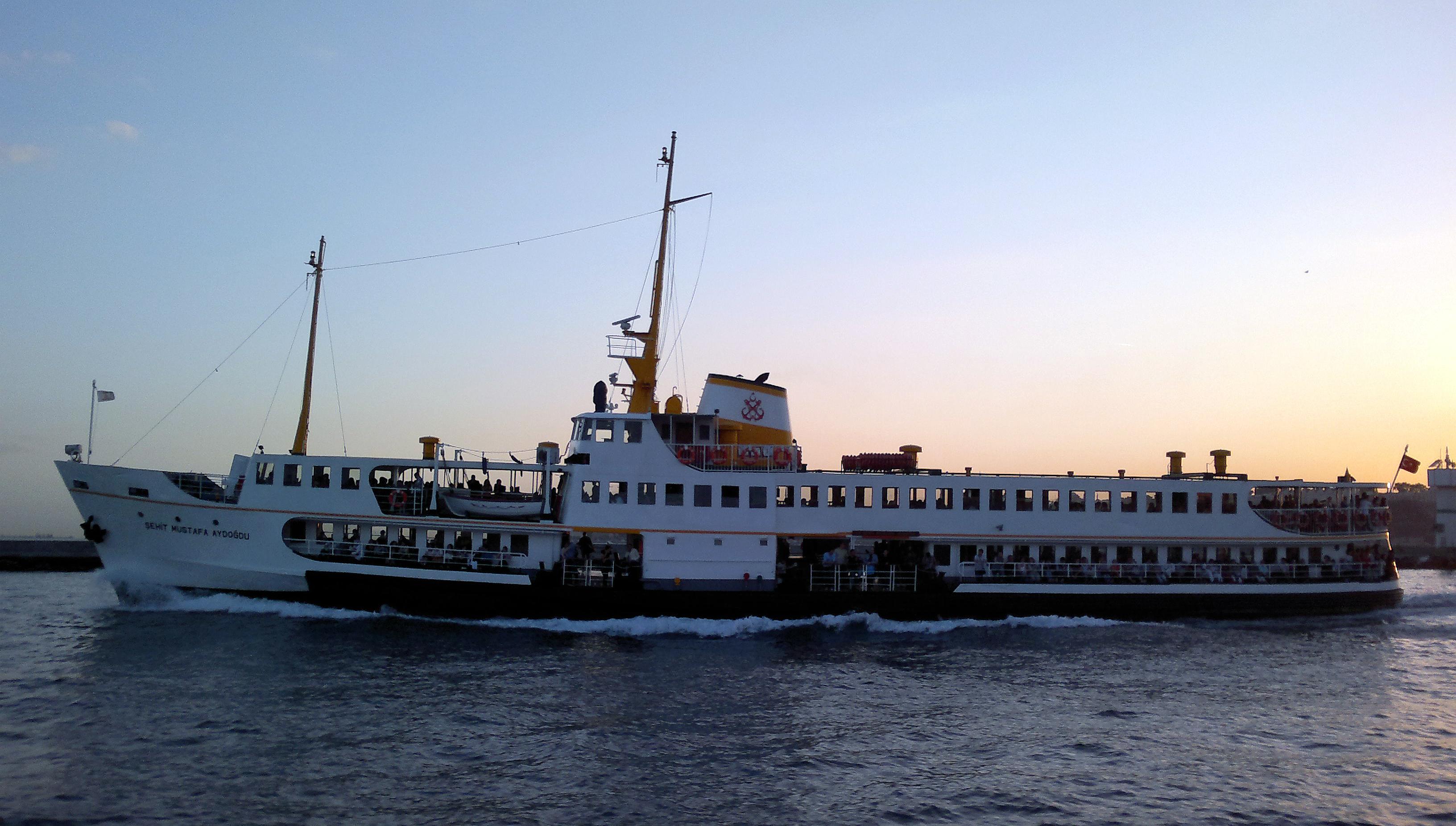 istanbul bosphorus ferries racing